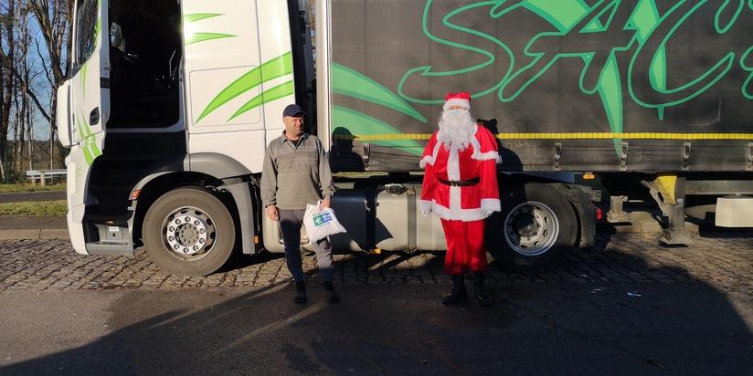Autobahnpolizei Winsen (Luhe) unterstützt Docstop Aktion und beschenkt Lkw-Fahrer auf den Pakrplätzen