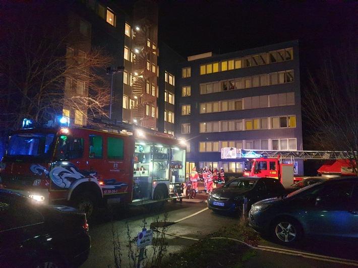 Bad Segeberg: Feuerwehr bringt 85 Personen nach Feuer eines Kaffeeautomaten im Klinikeller in Sicherheit