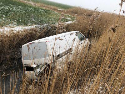 B437: Bei Unfall landet Kleintransporter im Graben