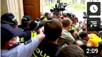 Oppositionspolitiker und Journalisten versuchen Parlament in Georgien zu stürmen