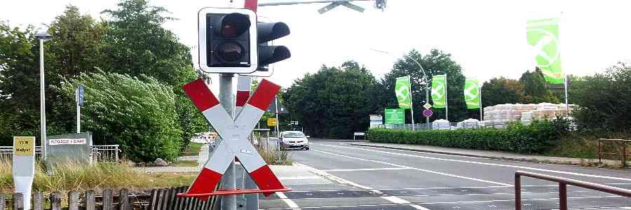 Karlsruhe: Kleintransporter wird an Bahnquerung rückwärts gesetzt und kollidiert mit Bahn